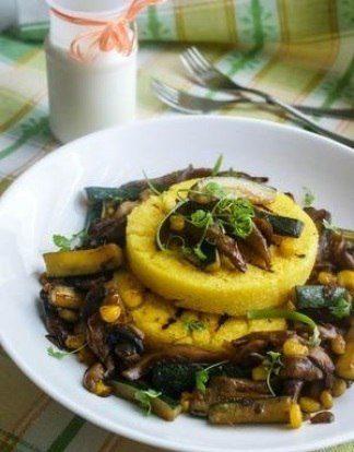 Овощной гарнир из кукурузы и цуккини (с грибами)