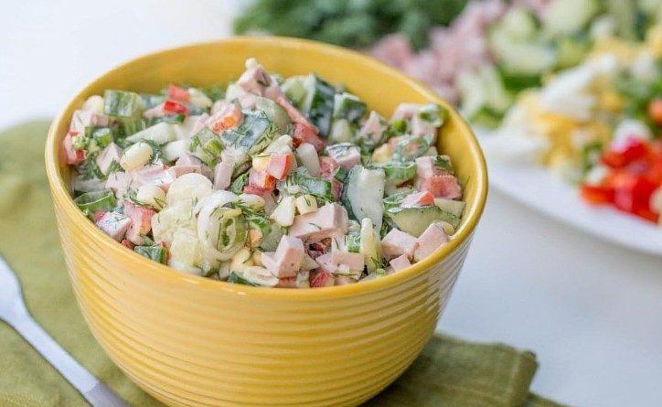 Салат (с овощами и варёной колбасой)