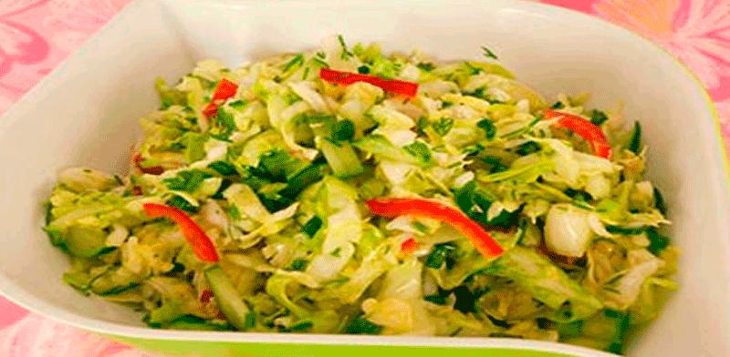Салат из свежей капусты с болгарским перцем и огурцами