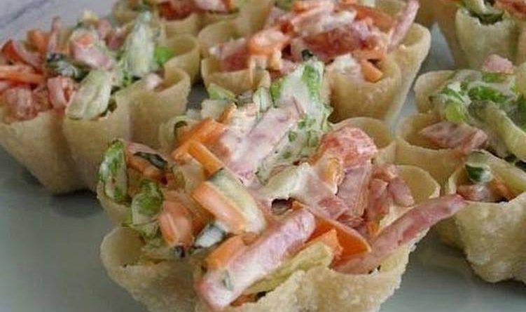 Тарталетки с корейской морковью и салями