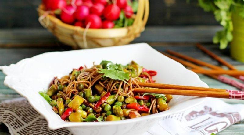 Тёплый салат (с гречневой лапшой и овощами)