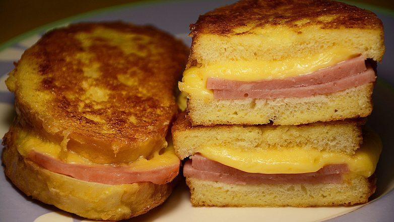 Быстрый перекус для ленивых за 10 минут: «Бутерброды на сковороде с колбасой и сыром