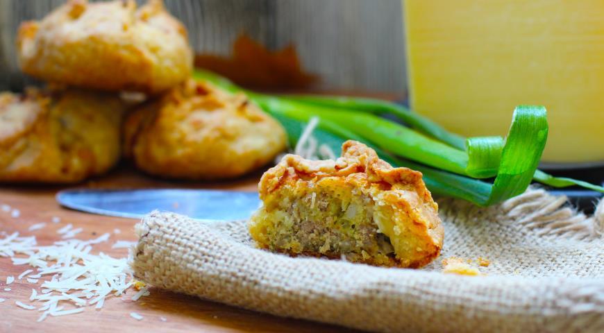 Мини-пирожки из рубленого картофельного теста с мясом и сыром