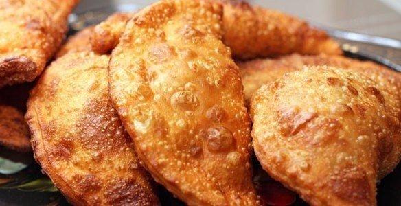Чебуреки получаются очень вкусными. Тесто мягкое и хрустящее, а начинка сочная.