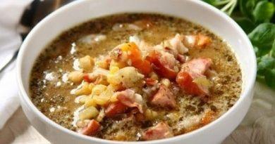 Гороховый суп с копченой грудинкой и колбасой