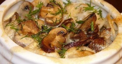 Пельмени в горшочках с грибами и сметаной — блюдо необычное и невероятно вкусное. Советую!