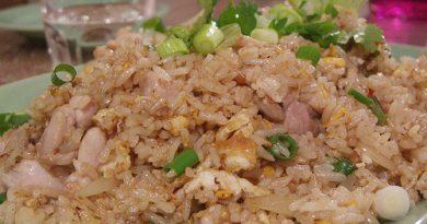 Жареный рис с курицей и зеленью по-тайски
