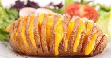 Запеченная картошка в духовке с сыром – безумно вкусное блюдо.