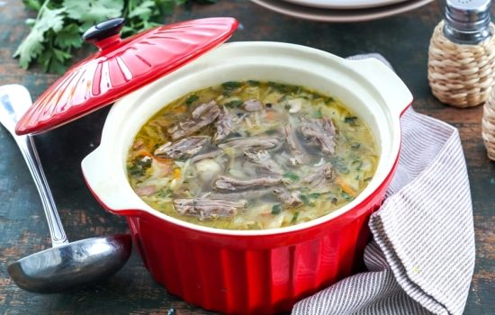 Классика русской кухни – щи из свежей капусты с говядиной.