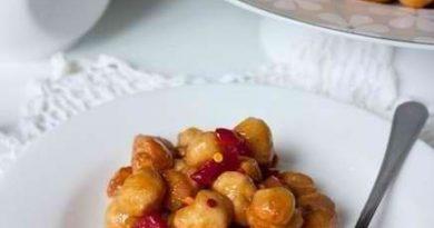 Струффоли - шарики из жареного теста с медовым сиропом!