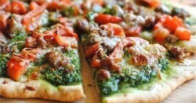 Пицца с песто и колбасками