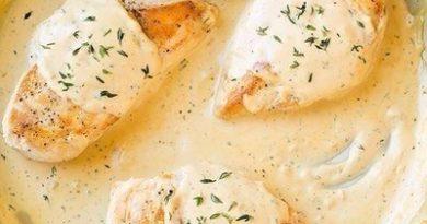 Куриные грудки под горчично-сметанным соусом.