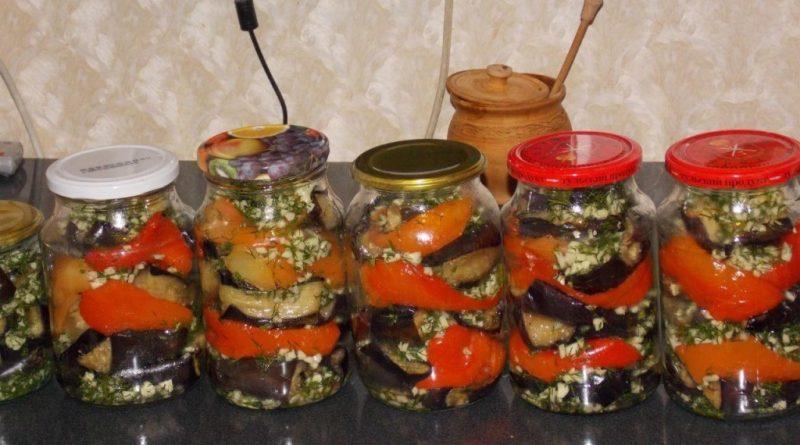 Баклажаны с болгарским перцем ,чесночком и зеленью укропа.