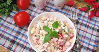 Простой салат с помидорами, горошком и сыром