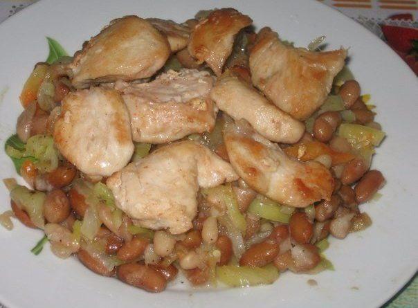 Куриное филе с фасолью