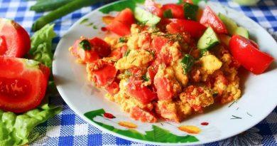 Жареные яйца с помидором
