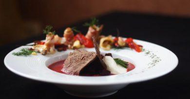 Крем-борщ с печёным перцем, роллами из сала и запеченным чесноком