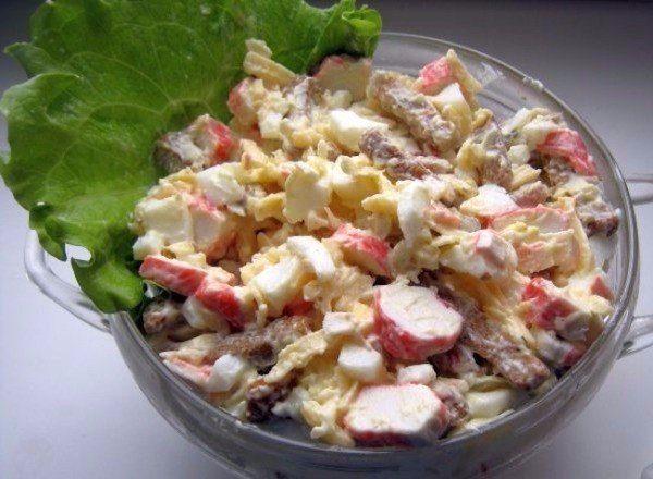 Салат из крабовых палочек с сыром и сухариками