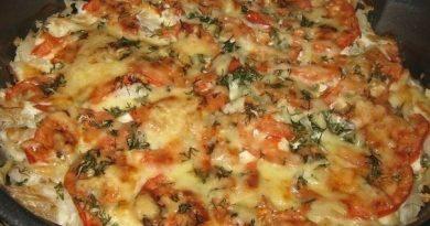 Рыба запечённая с помидорами и сыром.