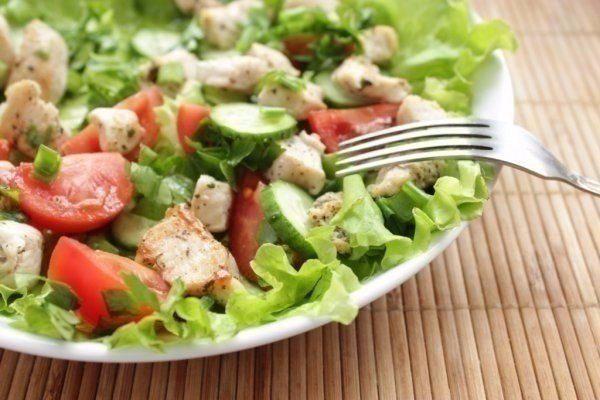 Салат из курицы и свежих овощей - отличный и быстрый ужин
