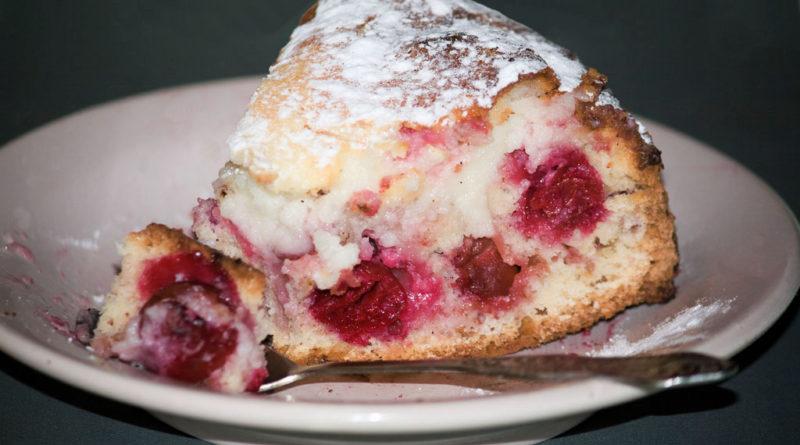 Потрясающе вкусный ленивый пирог с вишней и заварным кремом
