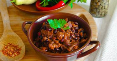 Горшочки с мясом, фаcолью и грибами