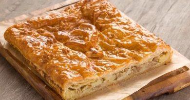 Пирог из слоеного теста с начинкой из фарша и кислой капусты