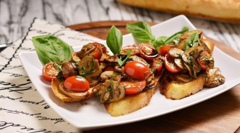 Брускетта с жаренными грибами и свежими помидорами