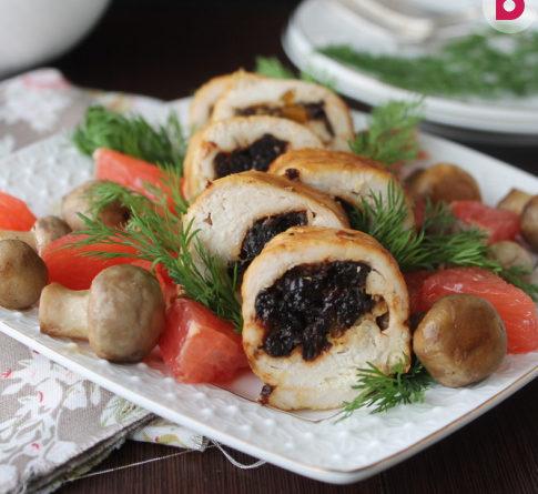 Рулетики из мяса, чернослива и грибов