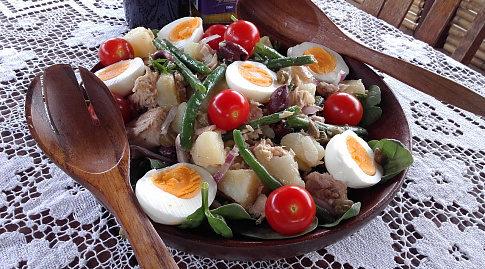 Салат из тунца с помидорами и бананами