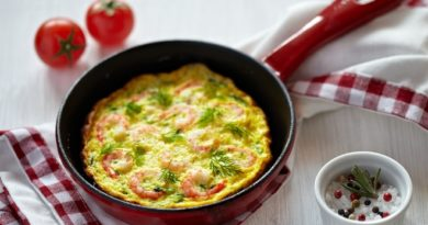 Сделай омлет с молодыми кабачками и креветками