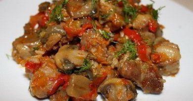 Тушеное мясо с шампиньонами и перчиком