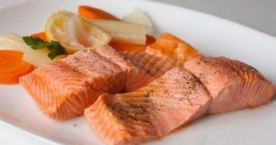 Припущенный лосось с овощами
