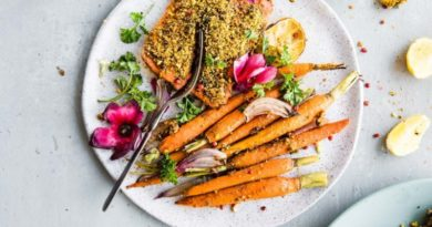 Лосось с морковью и фисташками