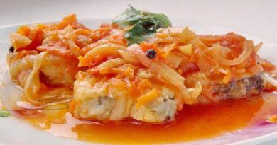 Рыба с маринадом из помидоров, моркови и лука