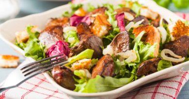 Диетический салат из куриной печенки