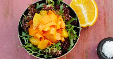 Зеленый салат с морковью и апельсинами