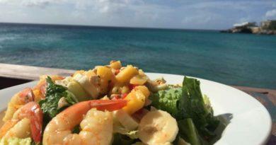 Легкий овощной салат с морским коктейлем