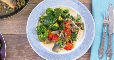 Сом, запеченный с овощами под соусом