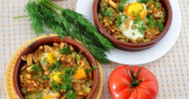 Запечённый картофель с яйцами и грибами