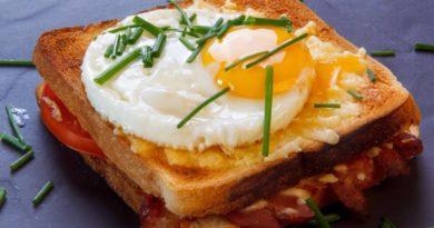Сырный сэндвич с яйцом и беконом