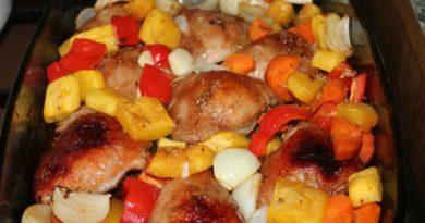 Запечённая курица с овощами под медово-горчичным соусом