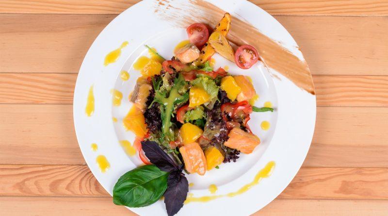 Тёплый салат с лососем и козьим сыром