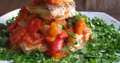 Запечённая рыба с томатами и луком по-гречески