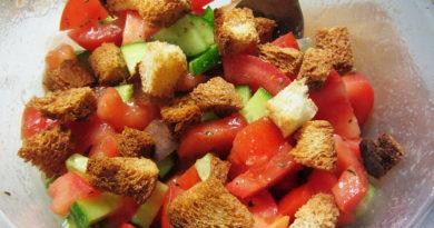 Овощной салат с гренками и сладкой заправкой