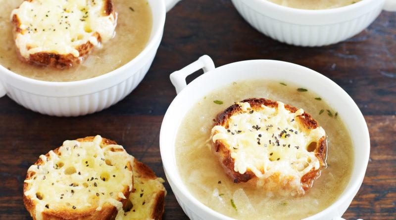 Луковый суп с шиитаке и сырными тостами