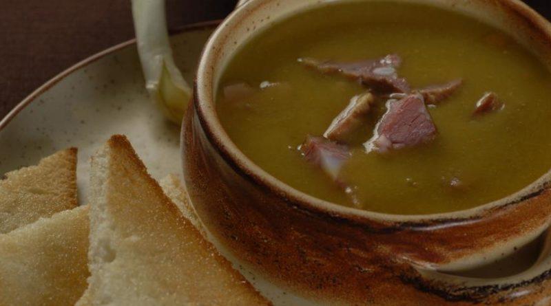 Гороховый суп с чесночными тостами