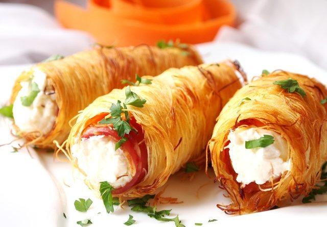 Закусочные трубочки с беконом и творожным сыром