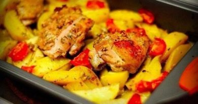 Курица, маринованная в кефире, запечённая с картофелем с травами и чесноком