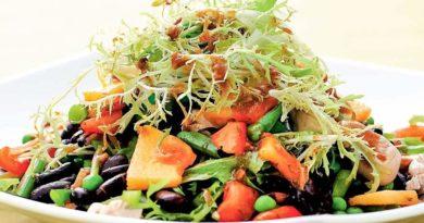 Салат из индейки и черной фасоли с заправкой из кинзы